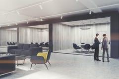 Fauteuils jaunes couloir, lieu de réunion modifié la tonalité Image stock