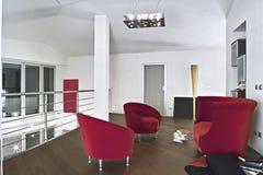 Fauteuils rouges de velours dans le salon moderne photographie stock libre de droits