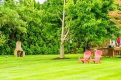 Fauteuils rouges du pays deux amish, lanternes antiques accrochant sur un arbre à Lancaster, PA photo stock