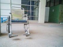 Fauteuils roulants aux handicapés dans une chambre avec le plancher en béton Photo libre de droits
