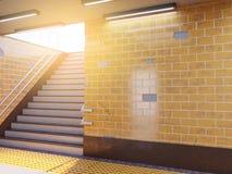 Faux affichage haut d'annonces de calibre de médias d'affiche dans la station de métro illustration 3D, rendant illustration libre de droits