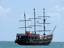 Faux bateau de pirate naviguant les eaux de Canasvieiras, Brésil Photos libres de droits