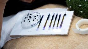 Faux cils et colle sur l'exte de cil de formation de base en céramique et photographie stock
