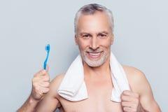 Faux concept faux de soin de dents Fermez-vous vers le haut du portrait de l'excepté gai image stock