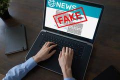 Faux concept de technologie d'Internet d'affaires de journal de désinformation des médias TV de manipulation de nouvelles images stock