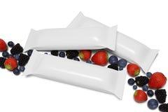 Faux d'un emballage de barre de c?r?ale sur un fond blanc avec les fruits rouges - rendu 3d illustration libre de droits