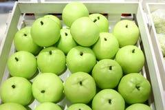Faux fruits et fruits sur des étagères photos libres de droits