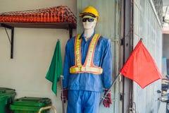 Faux mannequin du trafic dans les vêtements d'un travailleur de route photographie stock libre de droits