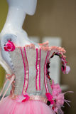Faux modèle avec avec la robe rose de concepteur Images libres de droits