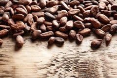 Fave di cacao aromatiche fotografie stock libere da diritti