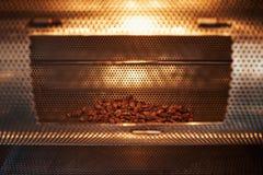 Fave di cacao che arrostiscono in una fabbrica artigianale di fabbricazione di cioccolato immagine stock