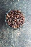 Fave di cacao scure fotografia stock libera da diritti