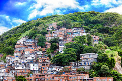 Favela, Braziliaanse krottenwijk op een helling in Rio de Janeiro stock foto