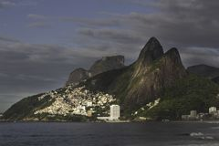 Favela am Fuß des Berges in Rio de Janeiro stockfoto