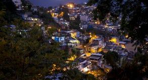 Favela i Rio de Janeiro vid natt royaltyfri bild