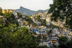Favela på en kulle av Rio de Janeiro, Brasilien arkivbild