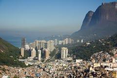 Favela Rocinha, störst slumkvarter i Rio de Janeiro, Conrado bakom Arkivbild