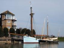 FAVERSHAM, KENT/UK - 29 DE MARÇO: Barcos amarrados no Swale em Fav Foto de Stock Royalty Free