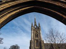 FAVERSHAM, KENT/UK - 29 DE MARÇO: Vista de St Mary da caridade Churc imagem de stock royalty free