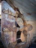 FAVERSHAM, KENT/UK - 29 de março: Descascando a pintura lixada em uma BO Foto de Stock