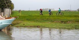 FAVERSHAM, KENT/UK - 29 MARS : Pause de cyclistes pour regarder le ri photos libres de droits