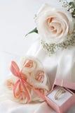 Faveurs de mariage et anneau de mariage Photographie stock libre de droits