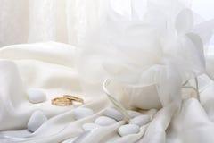 Faveurs de mariage et anneau de mariage Photo libre de droits