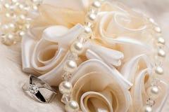 Faveurs et anneau de mariage Images stock