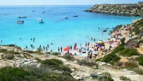 Favignana Włochy ludzie ma skąpanie i zabawę przy Cala azzurra przy morzem zdjęcie wideo