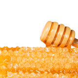 Favo con Honey Dipper di legno, isolato su fondo bianco Immagine Stock