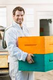 Favo de mel masculino feliz de Carrying Stack Of do apicultor Imagem de Stock
