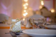 Favor do casamento em uma tabela fotografia de stock royalty free
