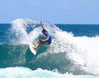 Favorable acontecimiento que practica surf Imágenes de archivo libres de regalías