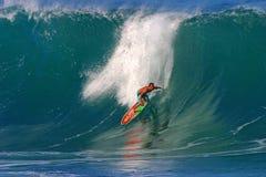 Favorable buhonero de Kalani de la persona que practica surf que practica surf en la tubería Imágenes de archivo libres de regalías