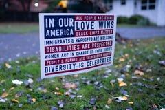 Favorable cartel democrático en el césped imagen de archivo