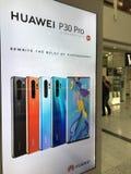 Favorable cartelera del smartphone de HUAWEI P30 en Londres fotos de archivo