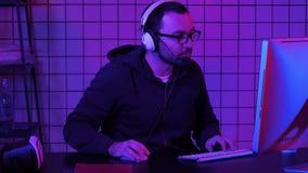 Favorable fl?mula del videojugador que se prepara para The Game almacen de metraje de vídeo