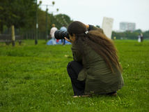 Favorable fotógrafo en la acción Imagen de archivo libre de regalías