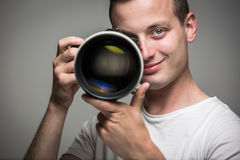 Favorable fotógrafo joven con la cámara digital - DSLR Imagen de archivo