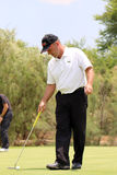 Favorable golfista para hombre Thomas Levet que golpea ligeramente la bola en en noviembre 201 Fotos de archivo libres de regalías