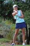 Favorable golfista sonriente Daniella Montgomery de las señoras que se inclina en conductor Fotos de archivo