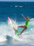 Favorable muchacha de la persona que practica surf Foto de archivo libre de regalías