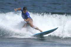 Favorable mujer Idalis Alvarado de la persona que practica surf Fotos de archivo libres de regalías
