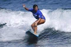 Favorable mujer Idalis Alvarado de la persona que practica surf Imagenes de archivo