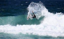 Favorable persona que practica surf Imagen de archivo