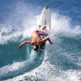 Favorable persona que practica surf Imágenes de archivo libres de regalías