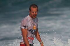Favorable persona que practica surf Brian Toth Imagen de archivo libre de regalías