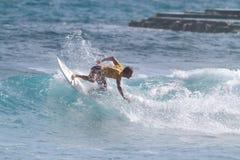 Favorable persona que practica surf Brian Toth Imagenes de archivo