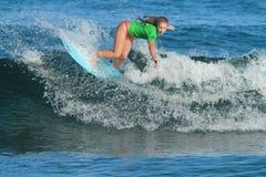 Favorable persona que practica surf Emily Rupper Imagenes de archivo