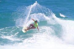 Favorable persona que practica surf hawaiana Kekoa Bacalso Imagenes de archivo